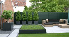 Rodenburg tuinen: modern dakterras in Utrecht met kunstgras en moderne betontegels.  Een onderhoudsvriendelijke tuin met aluminium bloembakken. De moderne betontegels worden ingezet om een groot terras met lounge set te kunnen huisvesten.