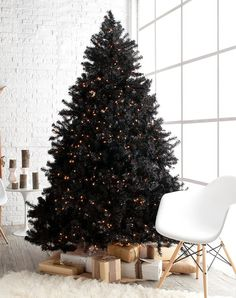 35 Black Christmas Tree Ideas 'coz everything else is just Background Noise - Hike n Dip - - I bet you agree that there is something magnetic and irrestible about the color black! Why not try some elegant Black christmas tree ideas for Christmas? Halloween Christmas Tree, Black Christmas Tree Decorations, Pre Lit Christmas Tree, Holiday Decor, Christmas Swags, Burlap Christmas, Country Christmas, Best Artificial Christmas Trees, Types Of Christmas Trees