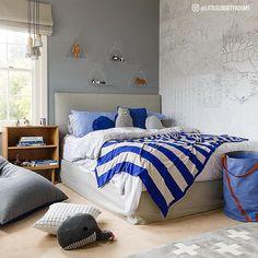 No quarto de jovens e adolescentes, cores e formas geométricas podem fazer toda a diferença. Optar por roupas de cama e almofadas listradas e divertidas pode deixar o quarto cheio de estilo e mais aconchegante.