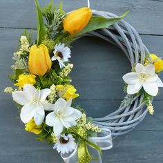 Easter Flower Arrangements, Easter Flowers, Floral Arrangements, Willow Wreath, Deco Floral, Beach Crafts, Easter Wreaths, Diy Wreath, Yellow Roses
