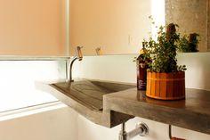 Reforma em apartamento na Chácara Klabin - Detalhe da cuba do lavabo moldada em concreto ______________________________   Chácara Klabin apartment renovation - Concrete sink detail #bathroom #sink #concrete