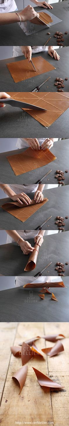 Photo tutorial on chocolate curled triangles Chocolate Work, Modeling Chocolate, Chocolate Lovers, Chocolate Curls, Cake Decorating Techniques, Cake Decorating Tutorials, Cookie Decorating, Decoration Patisserie, Dessert Decoration