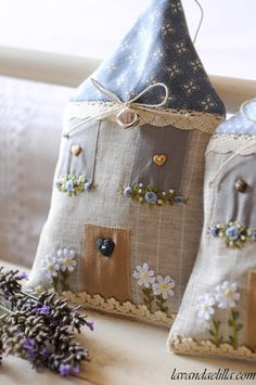 Stuffed houses with my lavender pro . A pres…. Happy Saturday friends … Stuffed houses with my fragrant lavender! A pres … - Lavender Crafts, Lavender Bags, Lavender Sachets, Lavander, Hand Embroidery, Machine Embroidery, Sewing Crafts, Sewing Projects, Handmade Cushions