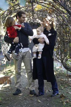 """Familie Hunziker-Trussardi: 8. November 2015 Tomaso Trussardi und Michelle Hunziker verbringen den Sonntag mit ihren Töchtern Sole und Celeste im """"La Camilla""""-Farmhouse in Concorezzo."""