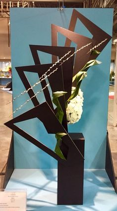Ikebana Flower Arrangement, Modern Flower Arrangements, Construction Design, Arte Floral, Flower Show, Floral Designs, Flower Crafts, Triangles, Creative Design