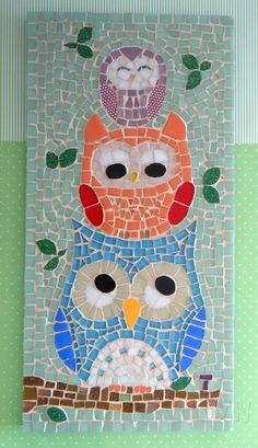 Quadro de Mosaico Owl x3, com três corujas super fofas. <br>Design exclusivo, feito pela mosaicista Tainah Neves. <br> <br>Mosaico feito à mão com Pastilhas Cristal, Pastilhas de Vidro, Pastilhas Glitter, Pastilhas Peroladas, Pastilhas de Porcelana e Azulejo. <br> <br> <br>Dimensões: 40 cm x 20 cm, espessura 1,3 cm.