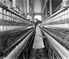 Spinner in Lancaster Cotton Mills, South Carolina, 1908 - Photo: Lewis Hine