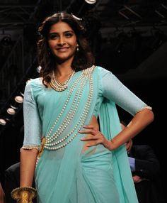 Sonam Kapoor Sexy Saree Beauty Pic On Ramp