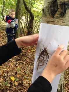 Je hebt nodig: Wit papier, handvol aarde, boomschors! Het is net toveren!!