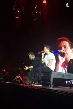 Liam and Louis onstage ❤️