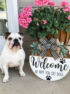 Front Door Signs, Porch Signs, Wreaths For Front Door, Vinyl Lettering Projects, Dog Lover Gifts, Dog Lovers, Cute Bulldogs, Back Painting, Wooden Door Hangers