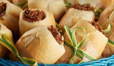 Mini pão francês recheado com carne desfiada, Requeijão Cremoso NESTLÉ e queijo cheddar