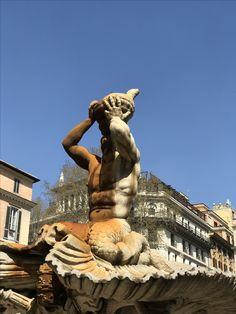 Fontana del Tritone auf der Piazza Barberini in Rom, entworfen und ausgeführt von Gian Lorenzo Bernini, um die Jahre 1642/43; da der Brunnen gerade geputzt wurde, war ein ungetrübter Blick auf das Schneckengehäuse zu erhaschen (es ist wohl eine Charonia variegata)...