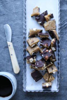 En liten titt i bloggens arkiv avslører nok ganske raskt at jeg er over middels glad i kombinasjonen karamell og sjokolade. Fra før av finner du blant annet karamellkake med salte peanøtter, twixkake, twixkjeks, snickers, snickers fudge og crispy sjokoladekubber med karamell! Phu! Denne gangen er det altså Toffiefee jeg …