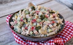 God tirsdag! En smakfull skinke- og pastasalat er alltid en slager, enten det er til lunsj, brunsj, middag, venninnekvelden, tapasbordet eller koldtbordet… Det er lettvint å lage, går relativt kjapt og er noko som faller i smak hos dei fleste. Eg har laga en ny variant, fortsatt skinke- og pastasalat, men med krema pestodressing. Fargerik …