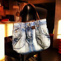 tas van spijkerrok en leren jas