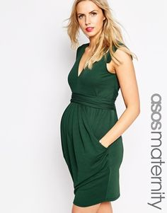 Such a flattering cut on this dress. I'd like it better in another color.