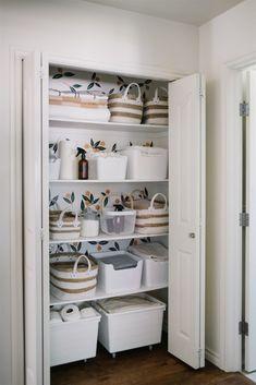 Organized linen closet Linen Closet Organization, Small Home Organization, Bathroom Organization, Organizing Ideas, Bathroom Storage, Small Linen Closets, China Storage, White Hand Towels, Linen Cupboard