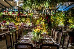 mesa da familia decorada com flores amarelas e sousplat cobre para festa de casamento decorada por daniel cruz e fotografada pelo fotografo de casamentos paulo h lima