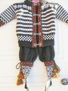 Festdrakt i Fana mønster til gutt str. 1-1 1/2 år. Sweater Mittens, Sweaters, Baby Barn, Beautiful Norway, Leg Warmers, Baby Knitting, Pattern Design, Knitwear, Knit Crochet