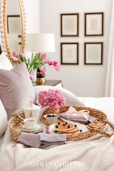 Mother's Day At Home. Breakfast in Bed and gifts Mom will love. Breakfast Photography, Breakfast Tray, Malibu, Mothers Day Breakfast, Mom Day, Linen Napkins, Live For Yourself, Life Is Beautiful, Decorating Tips