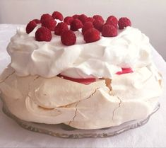 A tökéletes Pavlova torta Meringue Pavlova, Hungarian Recipes, Dessert Recipes, Desserts, Cakes And More, Macarons, Icing, Food And Drink, Cooking Recipes
