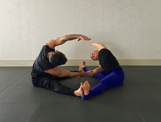 10 partner yoga poses for building intimacy 10 yoga partners pose for a strong (and flexible) relationship Couples Yoga Poses, Partner Yoga Poses, Yoga Poses For Two, Yoga Poses For Beginners, Partner Stretches, Yoga Moves, Yin Yoga, Yoga Meditation, Iyengar Yoga
