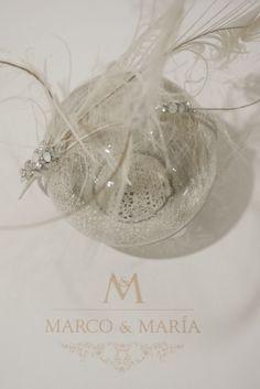 Tocado de plumas con remates de cristal por Marco & María.  Crystal and feather headpiece by Marco & María.  Foto: Enrique Tapia