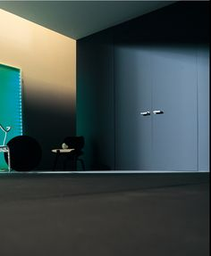 PARKER - Single or double flush door with an aluminium frame. Honeycomb door panel 50 mm thick, concealed adjustable steel hinges, satin chrome finish magnetic lock. Door panel is available in raw finish, ready to be painted in the same colour of the wall for an invisible effect. Various colours and finishes are available.