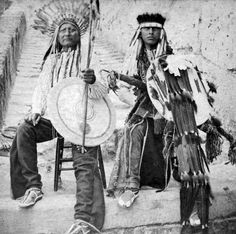 Eagle Head & his son Howling Wolf. is one of several stereographs of American Indians held as prisoners of war in 1875 at Fort Marion, Florida. Native American Photos, Native American History, American Indians, Navajo, Red Indian, Native Indian, Sioux, Sierra Leone, Eskimo