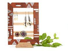 *Ein ganz besonderer Schmuckständer aus Holz für die Aufbewahrung von Ohrringen, Ringen und Kettchen.* Der verzierte Holzrahmen hat eingesetzte, dü...