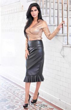 Aisley Gold Wrap Top with black leather peplum pencil skirt - Latex - Jupe Long Leather Skirt, Leather Peplum, Black Leather Skirts, Leather Dresses, Sexy Outfits, Sexy Dresses, Stylish Outfits, Skirt Outfits, Sexy Skirt