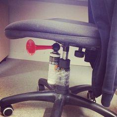 Corne de brume sous chaise Worst Pranks ever ! Great blog !