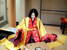 京都市下京区にある風俗博物館のこと。2002年2月に風俗博物館にて撮影。実物大展示室の様子です。囲碁をする女房(十二単姿)と姫君(細長姿)。十二単姿。後ろ姿。細長姿。後ろ姿。裾を長くひく様子が素敵です。以上、2002年2月における風俗博物館の展示の様子でした。源氏物語六条院の生活<コメントをくださる方は掲示板へ。>web拍手ボタン☆チェック!:Amazon/源氏物語の関連本 Heian Era, Heian Period, Yukata, Folk, Kimono Top, Sari, Culture, Japan, History