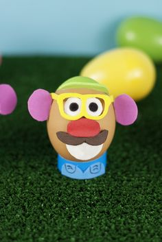 Mr-Potato-Head-Egg feature on Brit + Co, 54 Incredible Easter Eggs Easter Eggs In Movies, Funny Easter Eggs, Funny Eggs, Easter Egg Crafts, Easter Egg Competition Ideas, Easter Egg Designs, Easter Ideas, Potato Heads, Egg Decorating