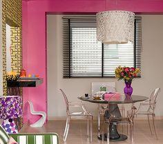 A mesa de jantar redonda recebeu a companhia das cadeiras Ghost, de Philippe Starck. Como são transparentes, elas parecem não ocupar espaço no living.