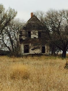 Creepy abandoned home in Guthrie Abandoned Property, Abandoned Mansions, Abandoned Buildings, Abandoned Places, Creepy Old Houses, Forgotten Treasures, Spooky Places, Metal Detecting, Farm Houses