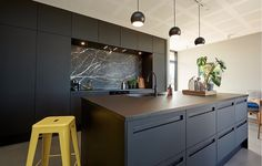 Alt indenfor køkken, bad og garderobe i højeste kvalitet Dark Cabinets, Kitchen Cabinets, Nordic Kitchen, Black Kitchens, Backsplash, Kitchen Design, Drawers, Island Lighting, Interior Design