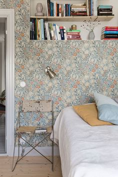 15 ideas art wallpaper vintage william morris for 2019 Wallpaper Bedroom, Interior, William Morris Wallpaper, Dream Living Rooms, Home, Home Bedroom, Morris Homes, Wallpaper Living Room, Traditional Interior Design