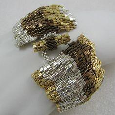 Un client ma demandé si je pouvais faire une version plus large de mon brassard ondulé ruban couleur de métaux mixtes populaire. Cest le résultat absolument superbe. Alors que le brassard sur la photo est la sienne, je serais heureux de faire un sur mesure pour vous. Le modèle ainsi que