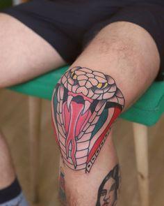 Cobra head tattoo on the knee. Knee Tattoo, Leg Tattoos, Body Art Tattoos, Tattoos For Guys, Real Tattoo, Tattoo Set, I Tattoo, Tattoo Pierna Hombre, Tattoo Cobra