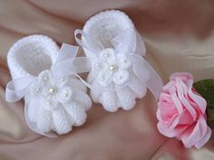 gestrickte Babyschuhe - Baby sweaters with pearls and beads Knit Baby Booties, Booties Crochet, Crochet Baby Shoes, Crochet Baby Clothes, Crochet Slippers, Crochet Crafts, Yarn Crafts, Crochet Projects, Baby Knitting Patterns