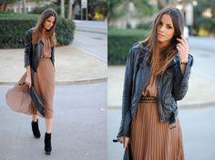 Vestidos delicados combinados com peças mais pesadas como a jaqueta de couro e bota também é uma boa alternativa. http://vilamulher.terra.com.br/vestidos-para-todas-as-horas-14-1-32-2456.html Foto: Lookbook Zina C.
