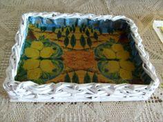 Fonott tálca sütis dobozból, szalvéta belsővel. Papírfonás Paper weaving