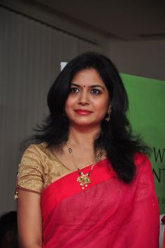 Singer Sunitha Hot Photos In Red Saree - Tollywood Stars Red Saree, White Saree, Stylish Blouse Design, Silk Saree Blouse Designs, Plain Saree, Saree Photoshoot, Indian Beauty Saree, Indian Sarees, Elegant Saree