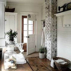 Exposed brick. And that bell on the door. I need one of those❣
