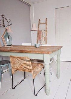 Je craque total pour ces anciennes petites tables à qui ont à donné une seconde vie. Et quand le vert s'en mêle...