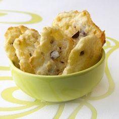 Préchauffer le four à 210°C (th.7). Mélanger la farine, la levure et le beurre. Ajouter l'oeuf, les noisettes concassées, puis le roquefort en morceaux et le comté râpé. Façonner les cookies à la main. Les disposer sur une plaque recouverte d'un papier cuisson. Cuire 12 à 13 minutes. Sortir les cookies du four et les placer sur une grille froide.