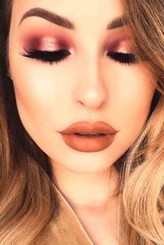 39 Top Rose Gold Makeup Ideas To Look Like A Goddess Gold makeup as well as pink makeup is really jazzy right now. Have you already tried this charming and trendy makeup look? Rose Gold Makeup Looks, Golden Makeup, Pink Makeup, Pretty Makeup, Mascara, Eyeliner, Makeup Trends, Makeup Tips, Beauty Makeup
