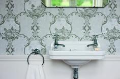 È di classico gusto inglese il lavamani Edwardian di Burlington distribuito da Regia e realizzato in porcellana bianca sanitaria. Ha due rubinetti con indicatori caldo/freddo. Misura L 51 x P 32 x H 26,5 cm. Prezzo 209 euro. www.regia.it
